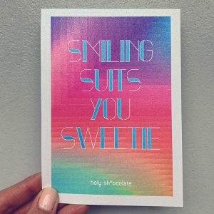 Message, card, smiling suits you sweetie, rainbow colors, postcard, postkarte, botschaft, nachricht, grusskarte, schokolade, papeterie, design, sweetie, darling, my dear, smile